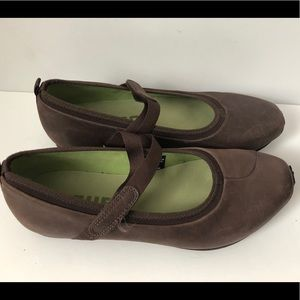 TSUBO Leather comfy flats walking shoes brown